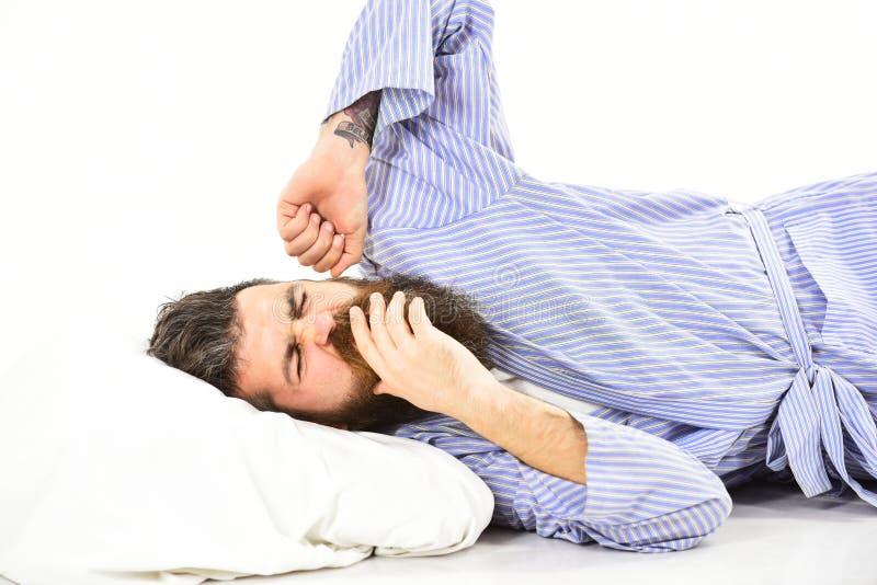 O homem com a cara de bocejo sonolento que estica, acorda fotos de stock royalty free