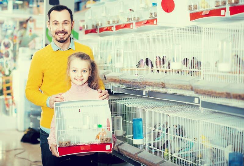 O homem com a criança transformou-se os proprietários do canário fotos de stock royalty free