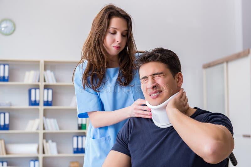 O homem com o doutor de visita de ferimento do pescoço para o controle foto de stock royalty free