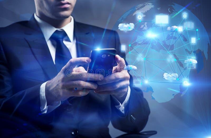 O homem com o telefone no conceito de computação da nuvem foto de stock royalty free