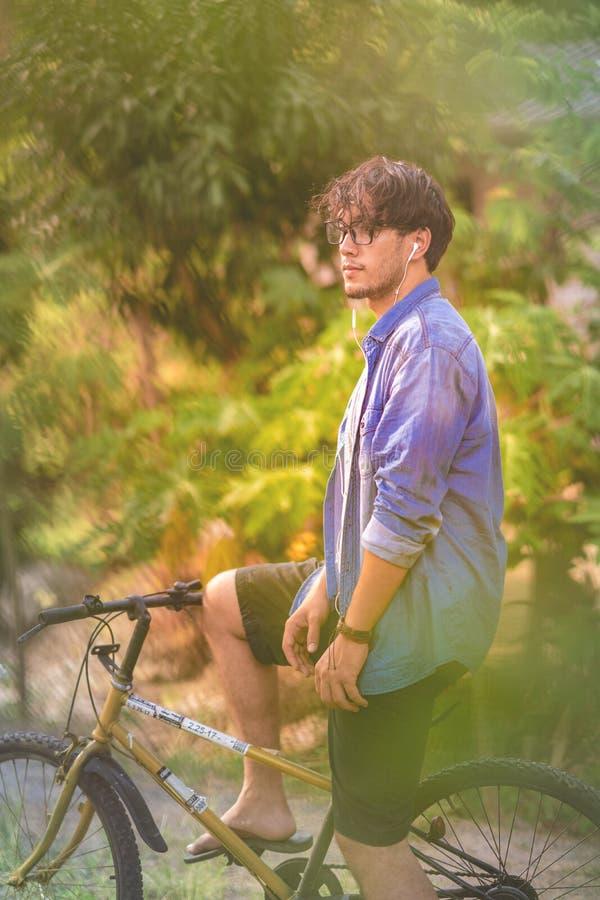 O homem com sua bicicleta fotografia de stock royalty free