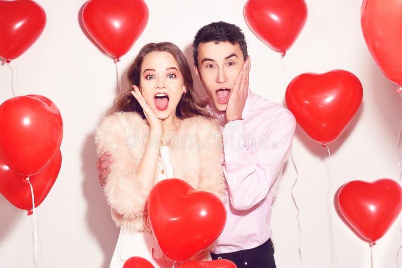 O homem com sua menina bonita do querido chocou-se O dia de são valentim do amante Valentine Couple Pares surpreendidos, muito fe foto de stock royalty free