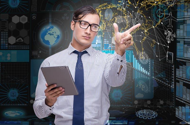 O homem com a tabuleta no conceito da mineração de dados foto de stock royalty free