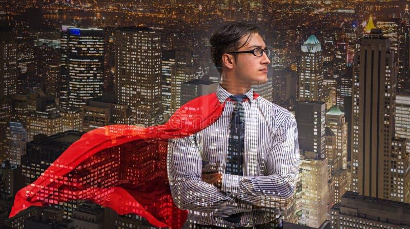 O homem com tampa vermelha no conceito do super-herói imagem de stock