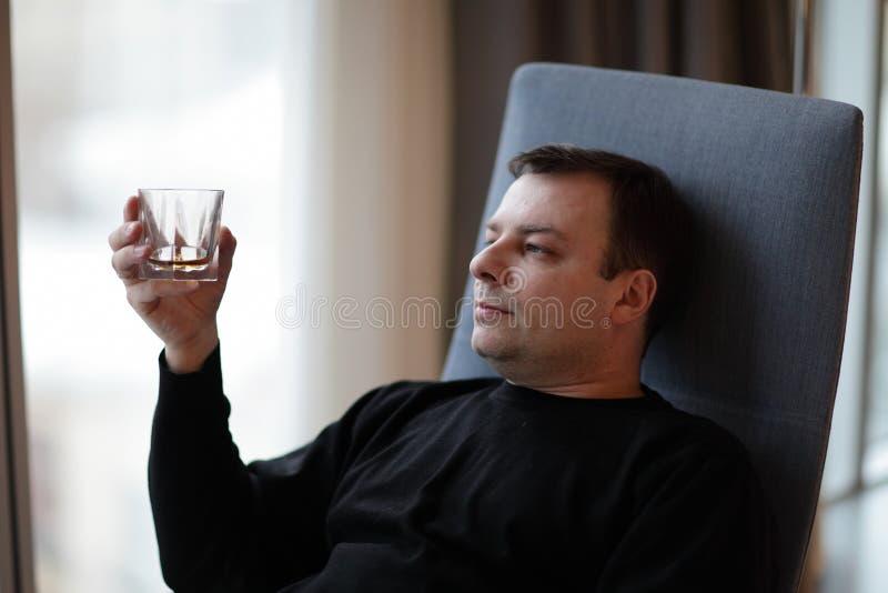 Homem com uísque fotos de stock royalty free