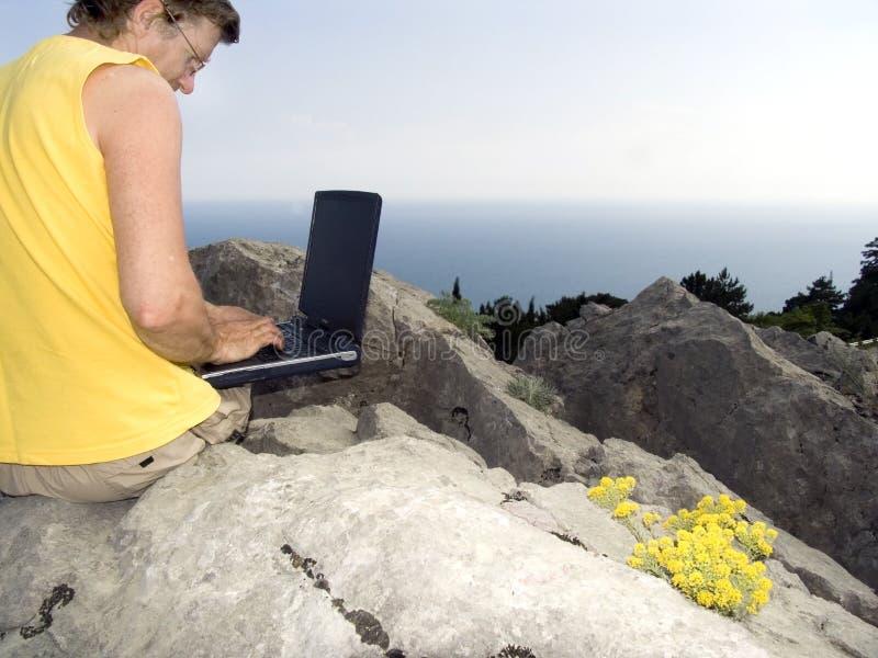 O homem com um computador foto de stock
