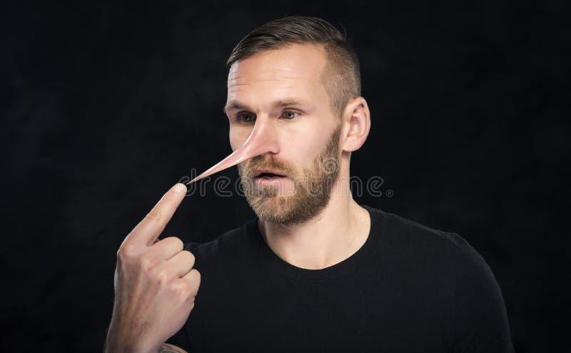 O homem com um nariz gosta de Pinocchio imagens de stock