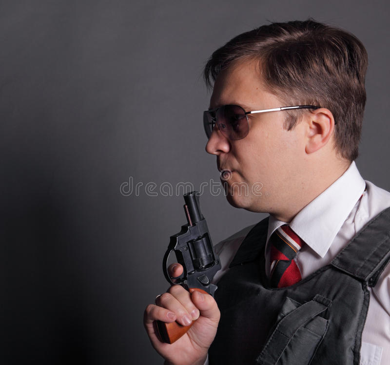 O homem com um revólver foto de stock