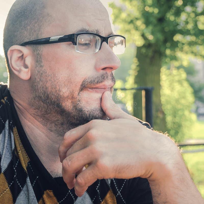 O homem com vidros sofre da depress?o Problemas na vida pessoal e no trabalho Esfor?o e depress?o A enxaqueca  foto de stock