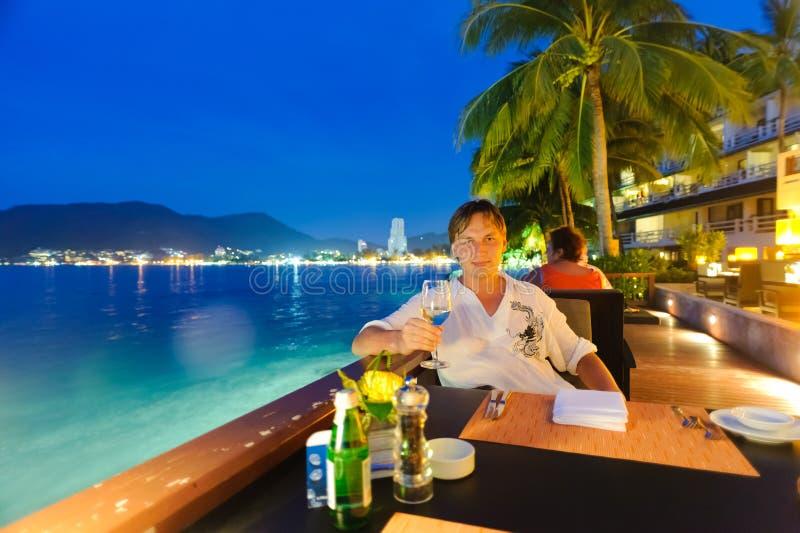 O homem come no restaurante fotos de stock royalty free