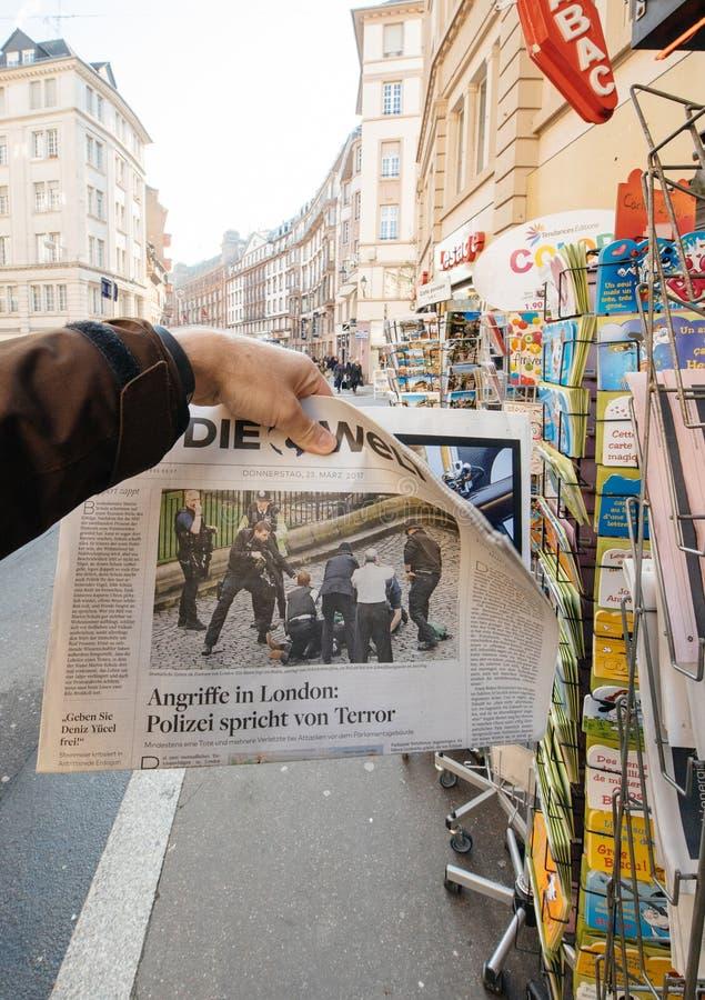 O homem compra o jornal de Die Welt do quiosque da imprensa após Londres a imagem de stock