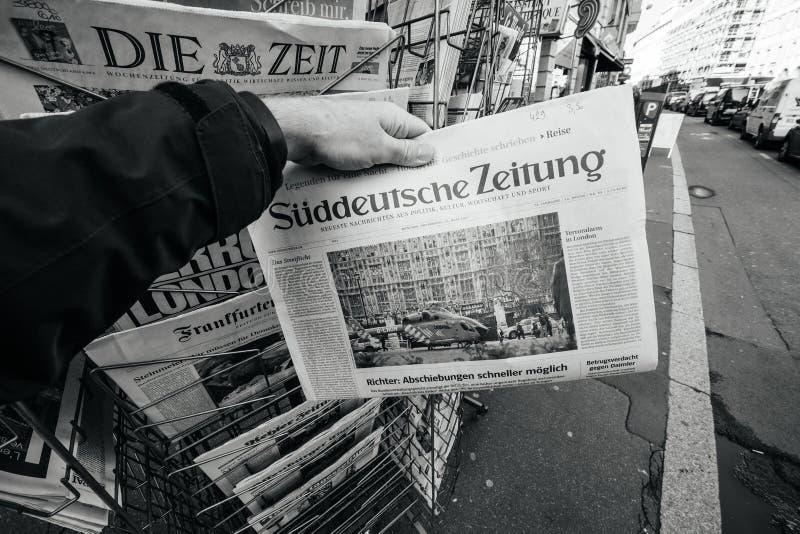 O homem compra o jornal do zeitung do ddeutsche do ¼ de SÃ do quiosque a da imprensa foto de stock royalty free