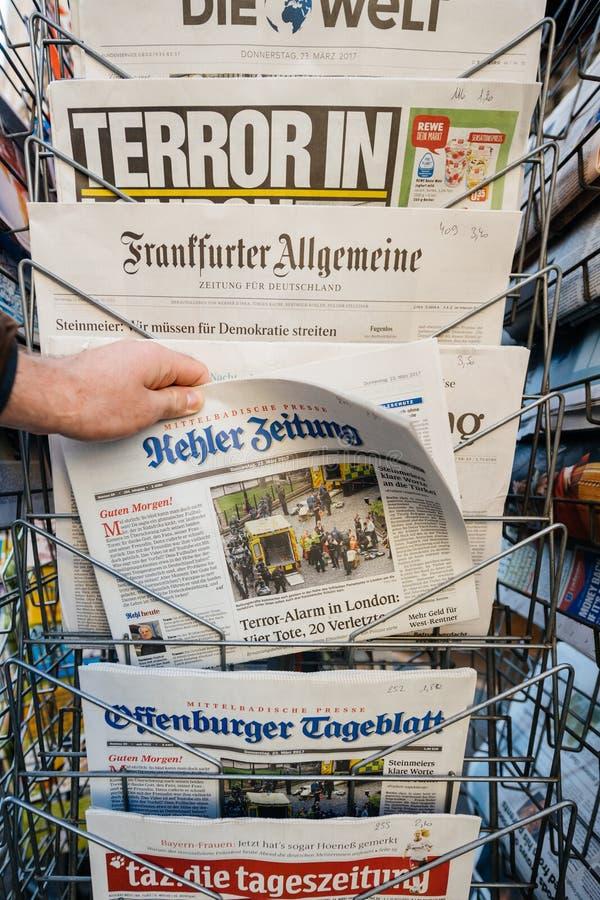 O homem compra um jornal de Kehler Zeitung do quiosque da imprensa em seguida foto de stock