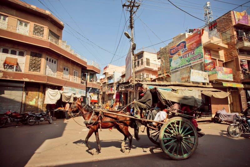 O homem conduz o táxi do cavalo foto de stock