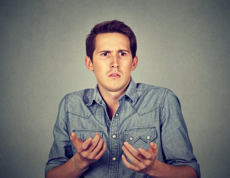 O homem confuso não tem nenhuma ideia o que fazer imagem de stock royalty free