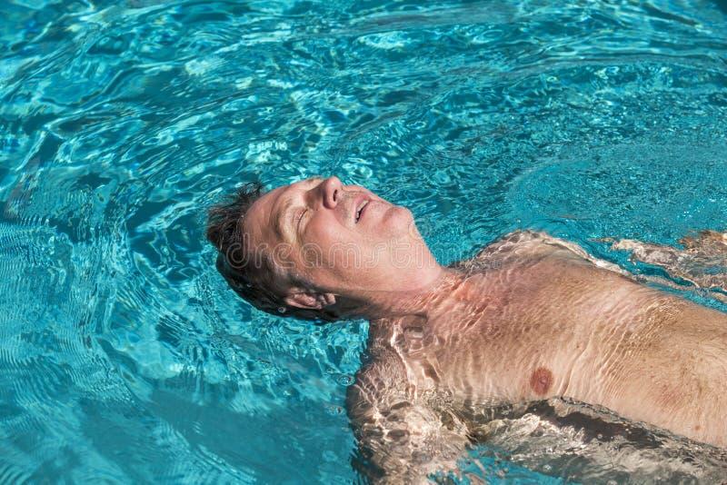 O homem considerável aprecia nadar na associação imagens de stock