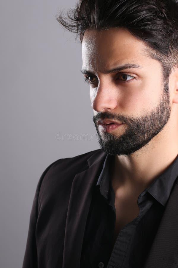 O homem considerável com um ponto baixo desvanece-se corte de cabelo fotos de stock
