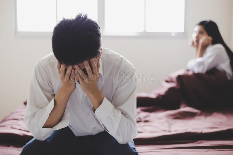 O homem considerável consegue desapontado que sua esposa dizer-lhe para o divórcio porque obtém o noivo novo O indivíduo obtém ch fotos de stock