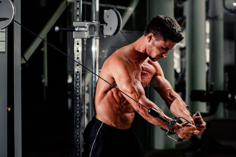O homem considerável dá certo no gym imagens de stock