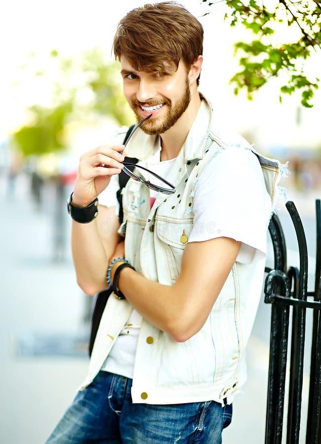 O homem considerável do moderno no verão à moda veste-se na rua foto de stock royalty free