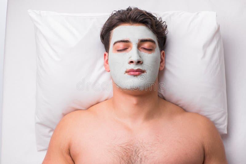 O homem considerável no conceito da massagem dos termas imagem de stock