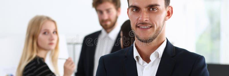 O homem considerável no terno e o laço olham in camera foto de stock