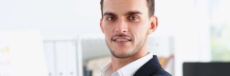 O homem considerável no terno e o laço olham in camera foto de stock royalty free
