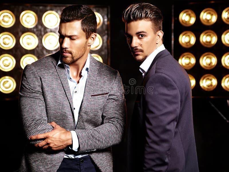 O homem considerável 'sexy' da forma dois modela os homens vestidos em ternos elegantes foto de stock royalty free
