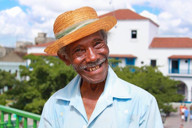 O homem cubano simpático idoso com chapéu de palha faz um fu imagens de stock