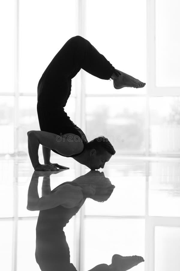 O homem dá certo no estúdio da ioga fotos de stock