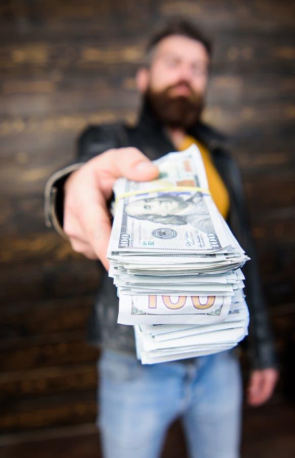 O homem dá o subôrno do dinheiro do dinheiro Riqueza e bem estar Negócio da máfia Casaco de cabedal farpado brutal do desgaste do fotografia de stock