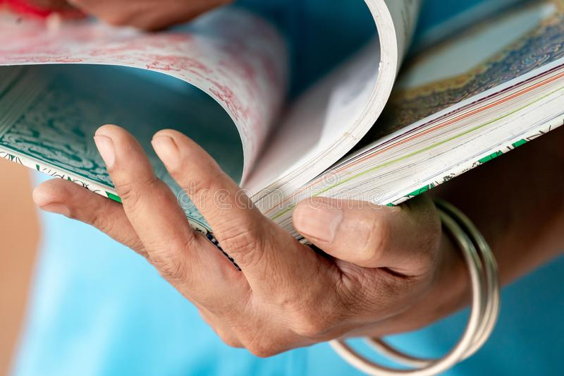 O homem da arte est? guardando o livro tailand?s da arte e est? encontrando a inspira??o para seu trabalho imagens de stock royalty free