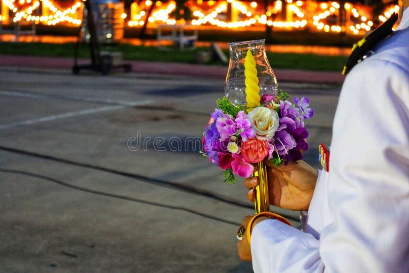 O homem da mão, o vestido branco vestindo da mulher, o empregado que guardam flores e as velas juntam-se à cerimônia no templo ta fotos de stock royalty free