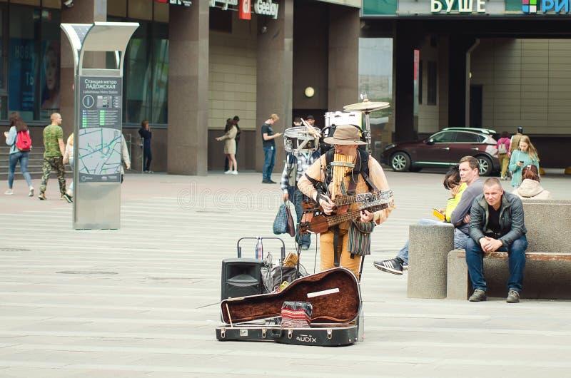 O homem da orquestra joga na rua para transeuntes em St Petersburg fotografia de stock royalty free