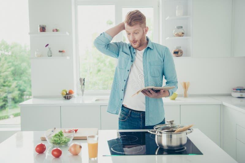 O homem das perguntas da dúvida no desgaste da camisa das calças de brim da sarja de Nimes faz a refeição matinal com v foto de stock royalty free