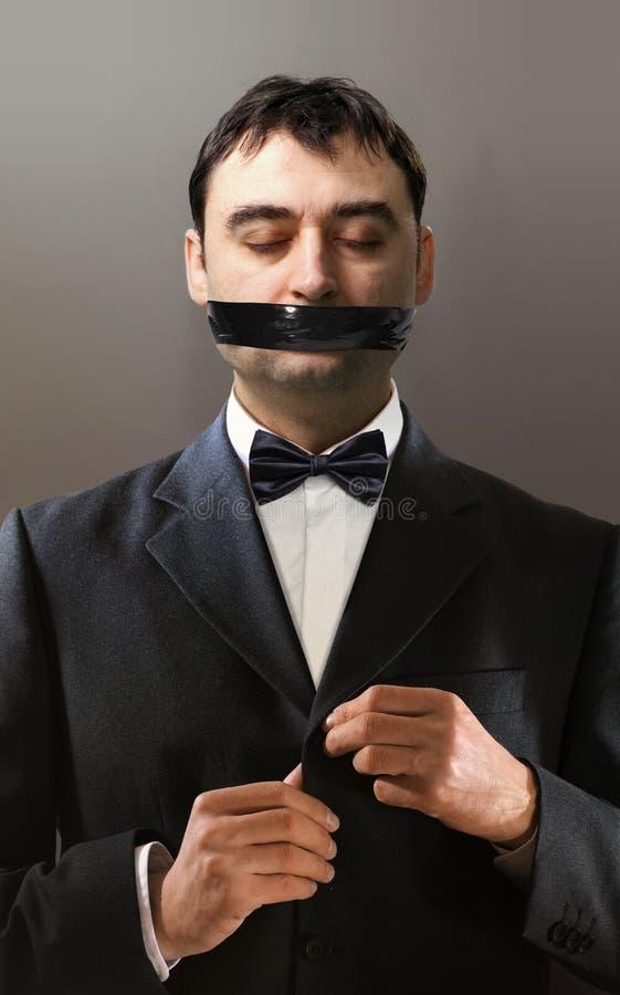 O homem de Battlesome abraça um botão do revestimento imagem de stock royalty free