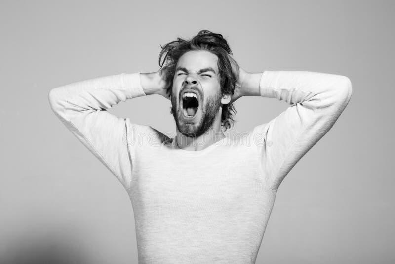 o homem de bocejo sonolento com cabelo uncombed longo, manhã acorda imagens de stock royalty free