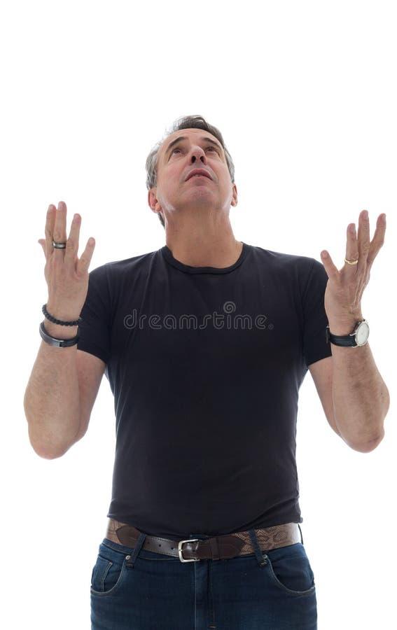 O homem de meia idade veste o t-shirt preto Agradece e olha acima fotos de stock royalty free