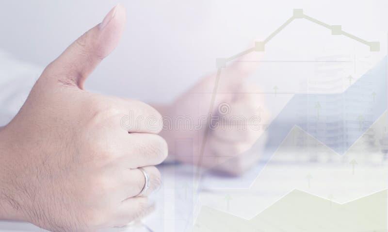 O homem de negócio é otimista com seu gráfico da renda com polegares acima imagens de stock royalty free