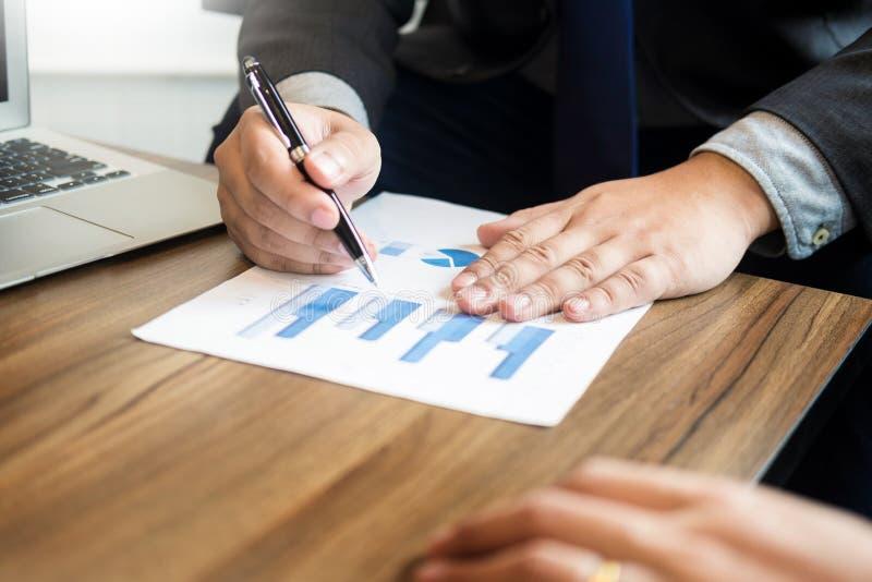 O homem de negócio analisou o relatório do docume do gráfico dos dados da finança do lucro foto de stock royalty free
