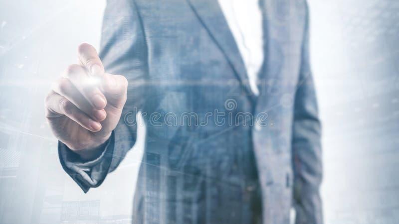 O homem de negócio aponta seu dedo em você homem de negócios em pontos de um revestimento seu dedo na câmera fotos de stock