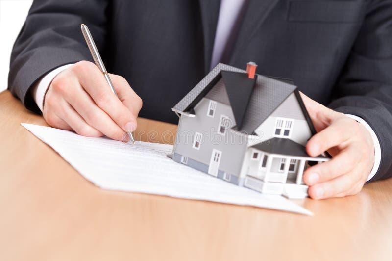 O homem de negócio assina o contrato imagem de stock royalty free