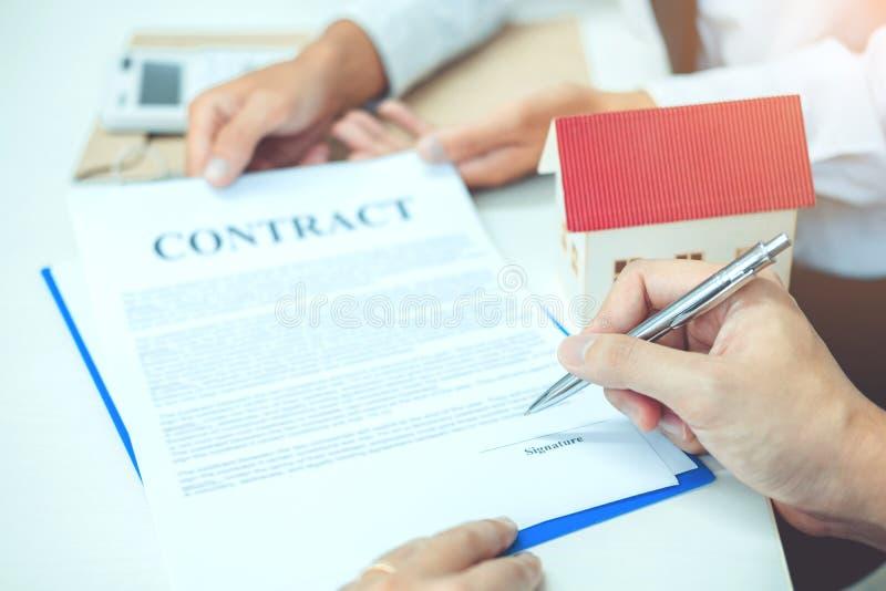 O homem de negócio calculou o contrato do acordo do custo e do sinal, Insura foto de stock royalty free