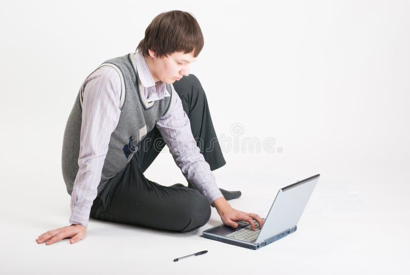 O homem de negócio com o portátil fotografia de stock royalty free