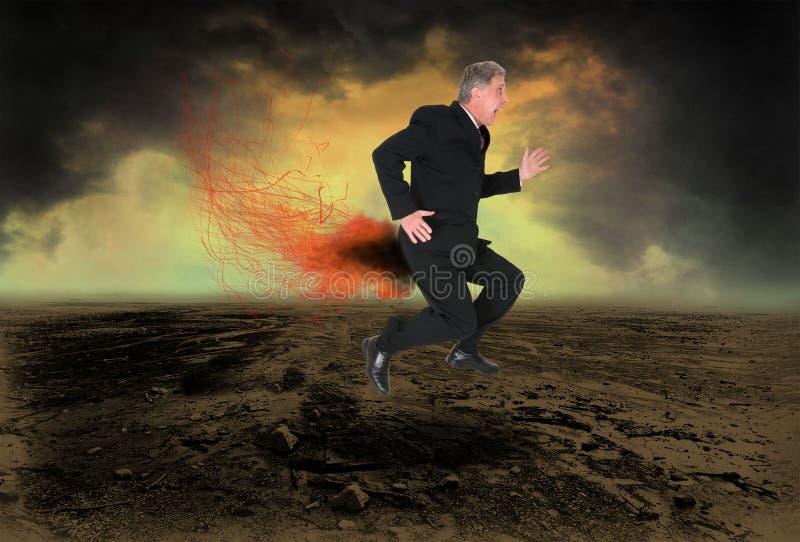 O homem de negócio engraçado arfa o fogo fotografia de stock