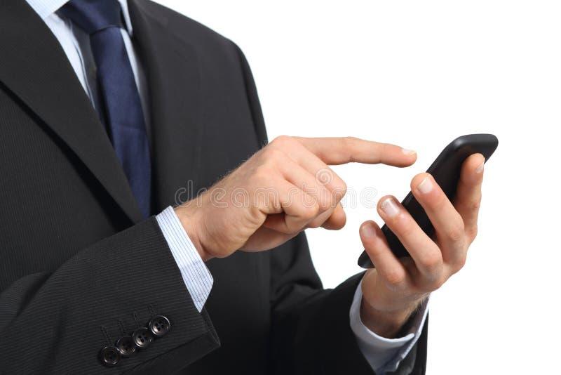 O homem de negócio entrega o toque de uma tela esperta do telefone imagem de stock royalty free