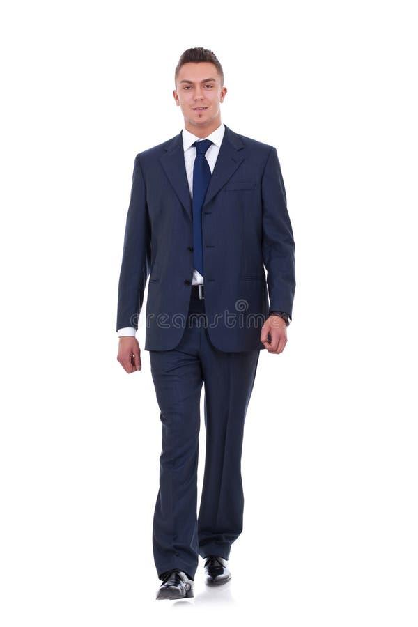 O homem de negócio está andando fotografia de stock