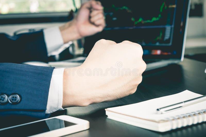 O homem de negócio está ganhando no mercado de valores de ação imagem de stock