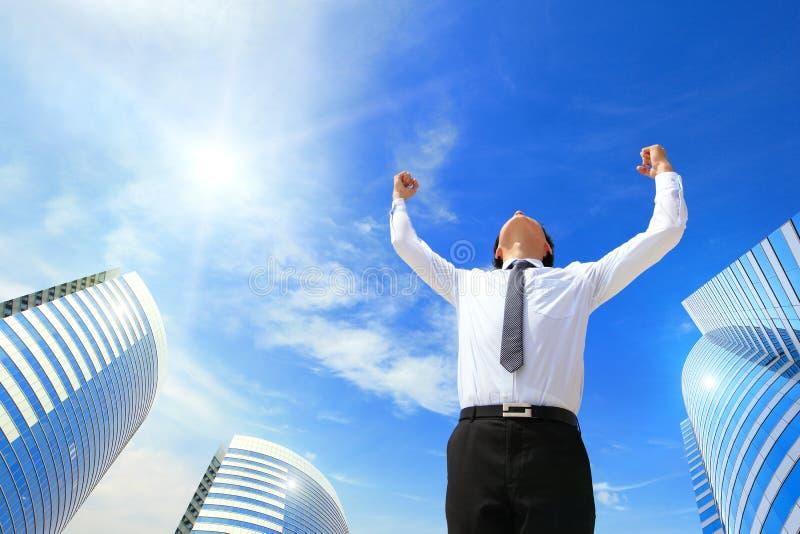 O homem de negócio feliz levanta-se os braços foto de stock royalty free