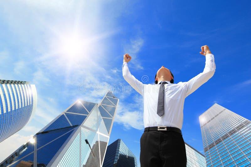 O homem de negócio feliz levanta-se os braços imagens de stock royalty free